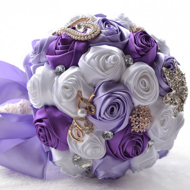 White and Grape wedding bouquets for Home Garden Party Wedding holding flowers
